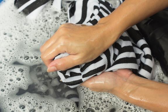 mencuci baju dengan tangan
