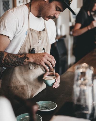 Seorang barista menyeduh kopi